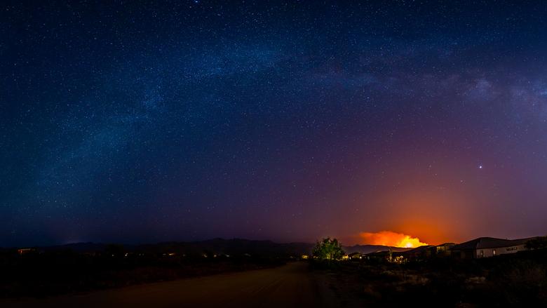 Milky Inferno (Pano) - Geschoten op zaterdagavond 13 Juni omstreeks 11pm in Cave Creek, Arizona (woonplaats).<br /> <br /> De bosbranden op de foto