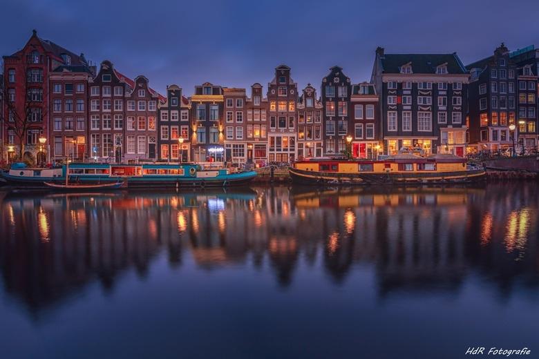 Beroemde 17e eeuwse grachtenpanden aan de Singel in Amsterdam... -