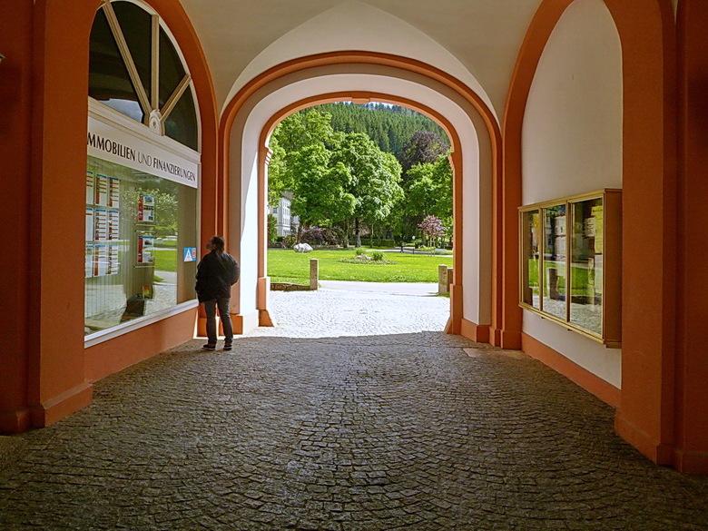 St' Blasien Duitsland. - Doorkijk naar de hoteltuin kloosterhof in St&#039; Blasien Duitsland.<br /> <br /> 17 juni 2016.<br /> Groetjes, Bob.