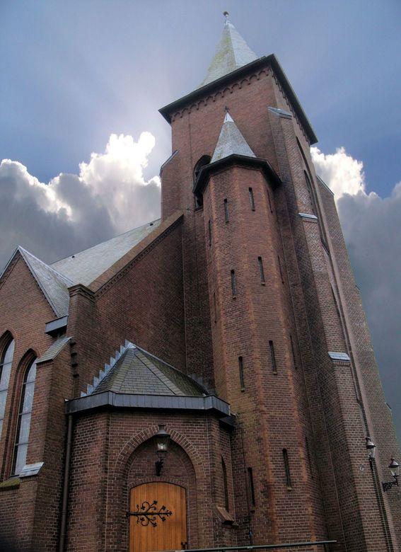 Kerk Antonius Parochie Musselkanaal - Foto bewerkt, genomen met een grauw mistige achtergrond en die vervangen door een mooie wolkenlucht. Even oefene