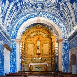 Heel klein kerkje in Portugal