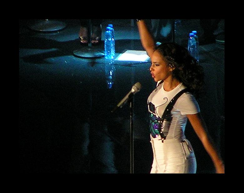 Alicia Keys - Hierbij nog een foto van Ms Keys. <br /> Foto kwaliteit bij de serie is niet optimaal. Er is veel ruis. Het komt denk ik door het digit