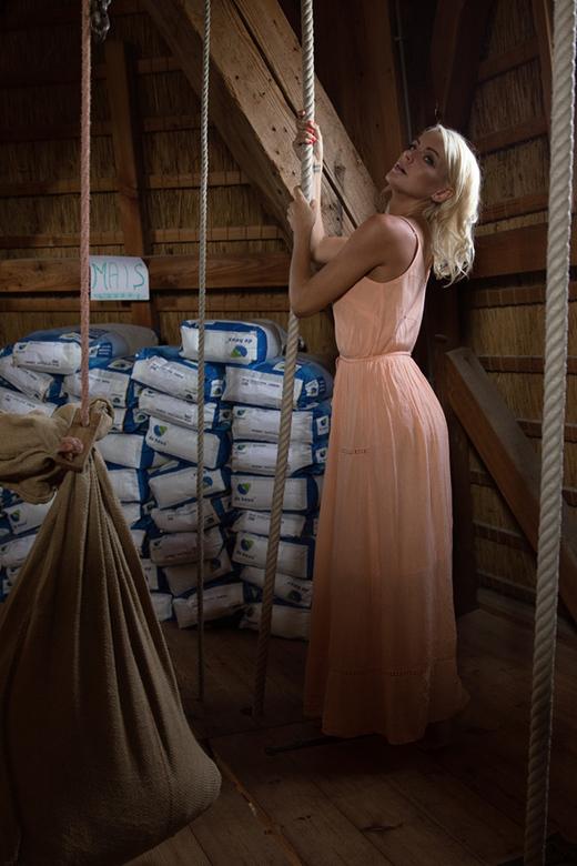 in de molen - Het Engelse model Victoriah wilde zo graag een keer een shoot doen in een echte Nederlandse windmolen.<br /> Nu, die shoot was gisteren