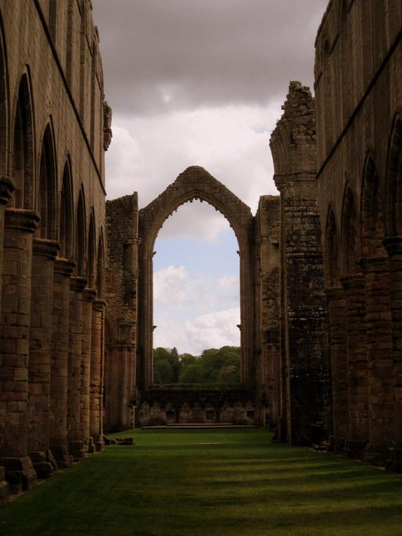 Arch  - Gemaakt in een oud klooster in York. Was net gestopt met regenen en zon kwam door wat een mooie licht gloed geeft.