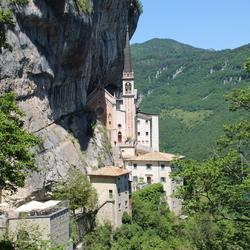 Kerkje op een berg bij Spiazzi