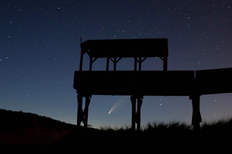 Finding Neo(wise) - Wat een geluk dat de komeet Neowise precies onder het huisje doorkwam. Het was een prachtige, heldere nacht in de Schoorlse duinen