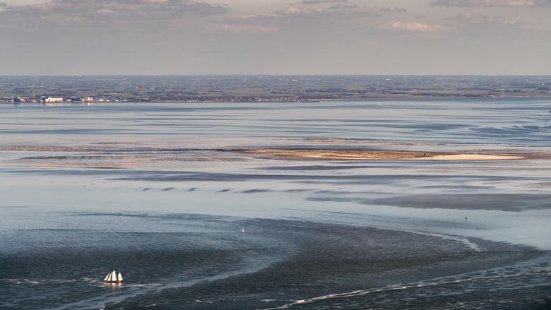 Harlingen zeehaven aan de Waddenzee - Harlingen, zeehaven. Op de voorgrond het vogeleiland Griend wat midden in de Waddenzee ligt.
