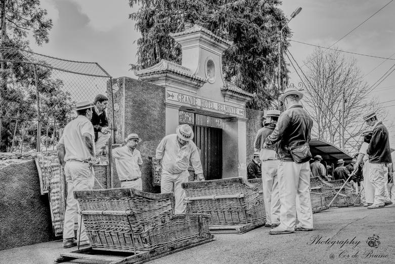 """Basket Carriages - Zelden zet ik een foto om in zwart/wit, maar deze foto vroeg er om. De strohoedjes de """"straat-sleden"""", outfits en het oud"""