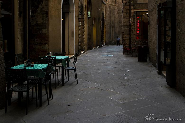 Verlaten steegje in Perugia, Italië - Perugia, Umbrië.... Prachtig sfeerlicht!
