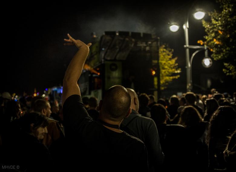 Love Parade Berlin - Love Parade 2019 Berlijn. Vanaf de vrachtwagen met DJ klonk keiharde housemuziek die de menigte in extase bracht nabij Brandenbur