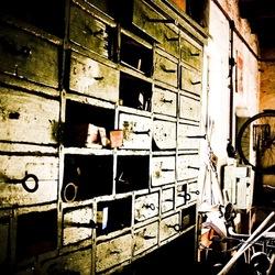 Van het kastje naar de muur