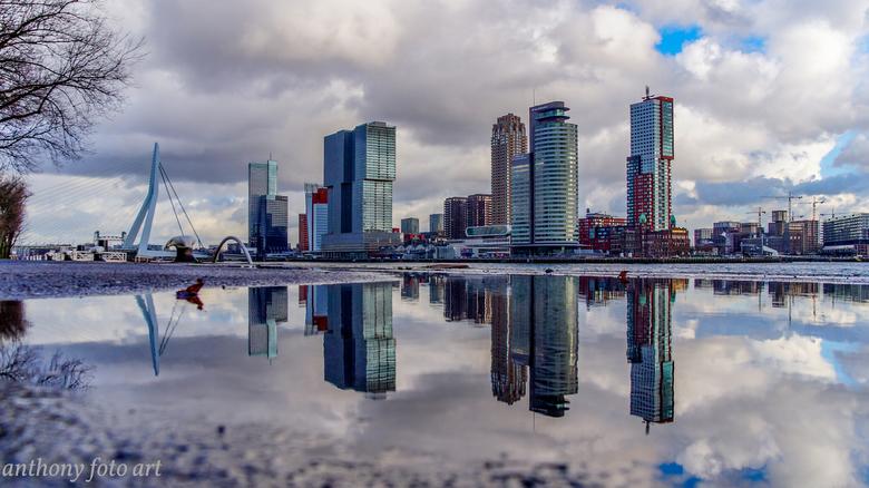 stadzicht gezien met een waterplas  - ook een water plas kan van plas komen voor een spiegel foto
