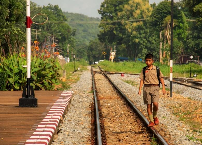 Walking the line - Wachtend op de trein zie ik een groep schoolkinderen aankomen. Ze lopen over het spoor. Wachtend op het juiste moment ga ik ook het