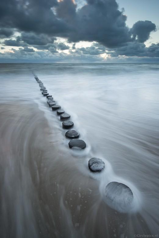 Making waves - Een avondje aan de Zeeuwse kust, Helaas geen spectaculaire zonsondergang maar door de grote golven wel mooie voor wat lange sluitertjd