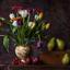 Stilleven met tulpenvaas en peren