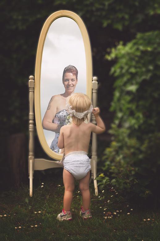 Dochter ziet moeder in spiegelbeeld - Dochter ziet moeder in spiegelbeeld