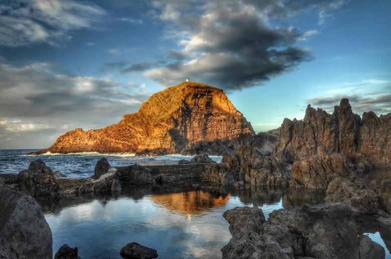 Little Lighthouse - Ilheu Mole op het mooie eiland Madeira.<br /> Foto een uur voor zonsondergang genomen,zodat het kleine vuurtorenhuisje nog mooi w
