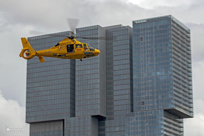 Wereldhavendagen Rotterdam 2019 - Een kustwacht helikopter tijdens een rescue operatie bij de Wereldhavendagen in Rotterdam.<br /> Gelijk de mogelijk