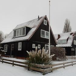 Houten huisjes in de Sneeuw.