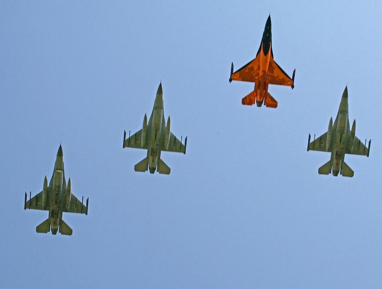 Memorial-Day Margraten - Missing man formatie door F16 boven Amerikaans oorlogskerkhof te Margraten.