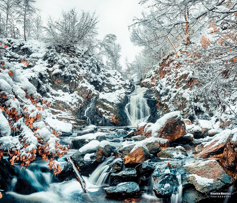 Waterval in de sneeuw