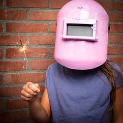 Meisje met lasmasker en een sterretje