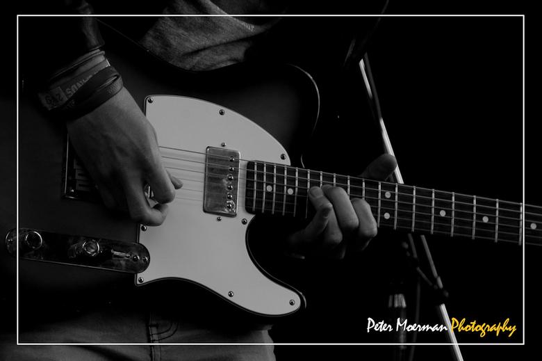 Guitarhero - Opname gemaakt tijdens openluchtoptreden van de band Two Way Radio met telelens onder moeilijke lichtomstandigheden. In photoshop een kad
