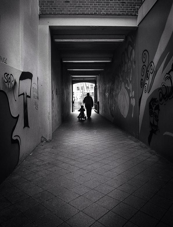 Met opa - Opa met kleinzoon aan de wandel. Canon F1 analoog met 20mm