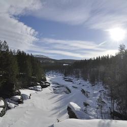 Bevroren rivier i maart