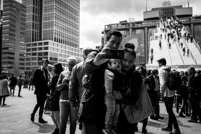 __MvdA__ 2016 rotterdam - MVDA4916 - LR - Smile!! #selfie #fujishooter #xpro2 #16mm #street #rotterdam #trap #streetphotography