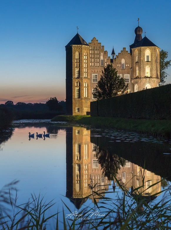 Swimming @ Castle Croy  - Kasteel Croy @ blauw uurtje, tussen half 9 en 9 uur in de avond! Net een sprookje! Leuke toevoeging zijn de 3 ganzen die er