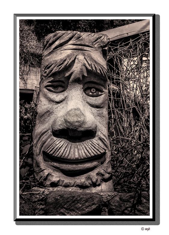 Bewaker. - Zomaar een gebeeldhouwde stenen kop op een muurtje voor een huis ergens in  Tsjechië. Omgezet naar z/w met een vleugje duotoon.
