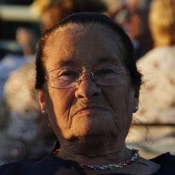 oude vrouw in de avond zon