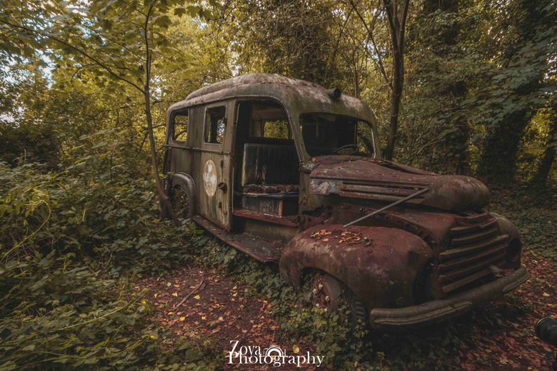 Ambulance in the woods - Abandoned medic lost