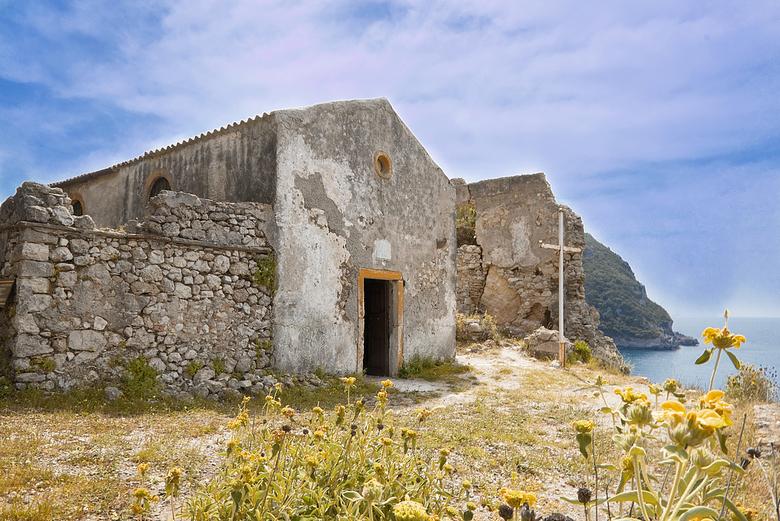 Chapel of Apelistra - Klimmend over de rotsen was het moeilijk om deze  kapel, boven op een berg, te bereiken. Deze kapel, uit de 17 th centry, die er