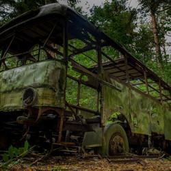 Verlaten bus midden in het bos