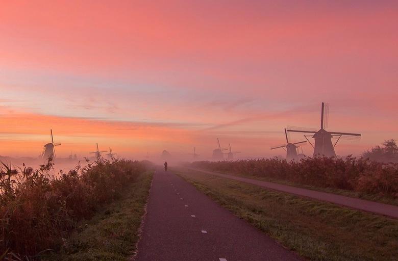 Misty Dutch Sunrise - Een mistige zonsopkomst in Kinderdijk. de kleuren in de lucht waren echt prachtig die ochtend.