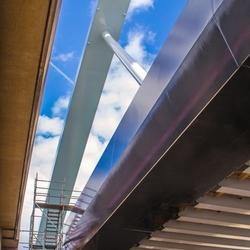 hemelsblauwe hemel boven spoorbrug