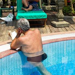 lezen in zwembad