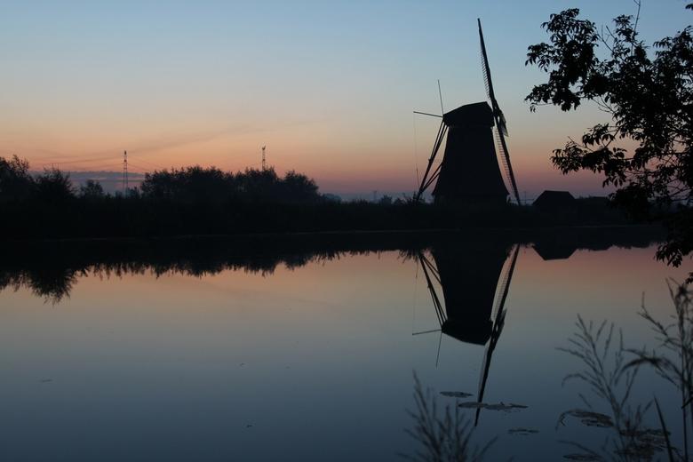 Kinderdijk - Kort voor zonsopkomst in Kinderdijk