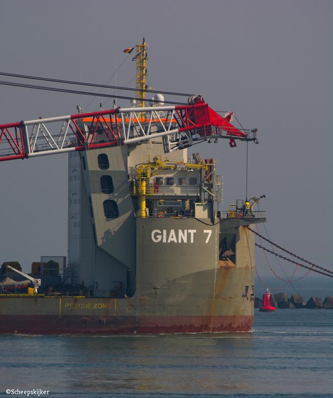Giant 7 inbound - De Giant 7 kwam binnen met een grote kraan. Voor Vlaardingen waar het schip afgemeerd werd. <br /> <br /> Bedankt voor de reacties