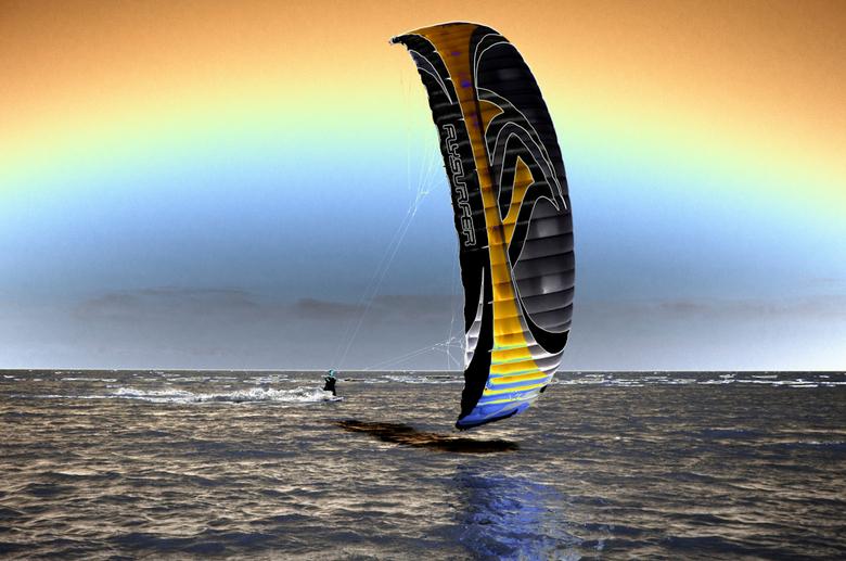 kitesurfer - Kitesurfer met extra kleurtjes. Nog extra info, deze man was samen met zijn maat in de extreme kou bij Medemblik aan het kitesurfen.Het i