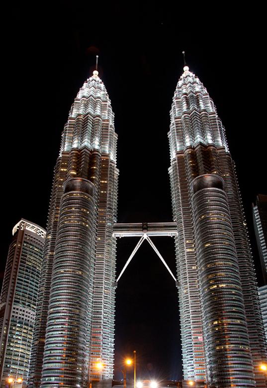 Petronas Twin Towers - Foto genomen op 8 februari 2012 in Kuala Lumpur. De Petronas Twin Towers waren ooit het hoogste gebouw ter wereld.