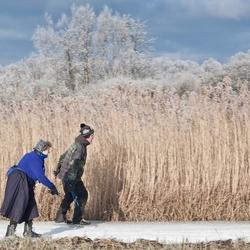 Staphorster vrouw in klederdracht op de schaats bij Dwarsgracht (Giethoorn)