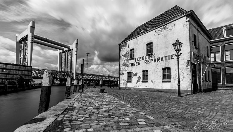 Dordrecht - Op de kop van de Kalkhaven in Dordrecht.<br /> <br /> HDR van 20 en 30 sec op Iso 50 en f/22. met een ND1000 filter van Sirui