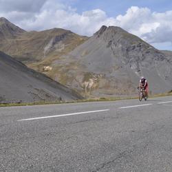 eenzame-wielrenner-in-de-bergen.jpg