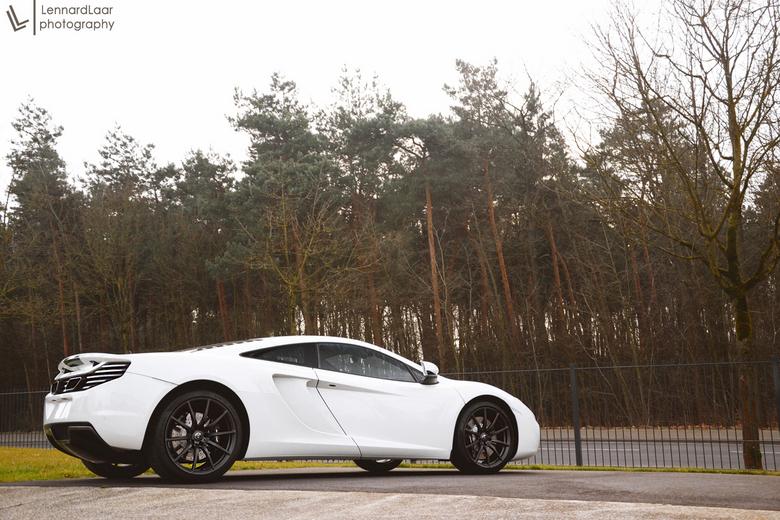 McLaren 12C - Deze mooie supercar heb ik vandaag gefotografeerd bij een dealer in Borken, Duitsland. Ik heb in fotoshop nog even een lantaarnpaal wegg