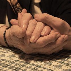 92-jarige handen, en 20-jarige handen