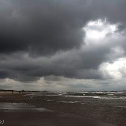 Donkere wolken op een zomerse dag