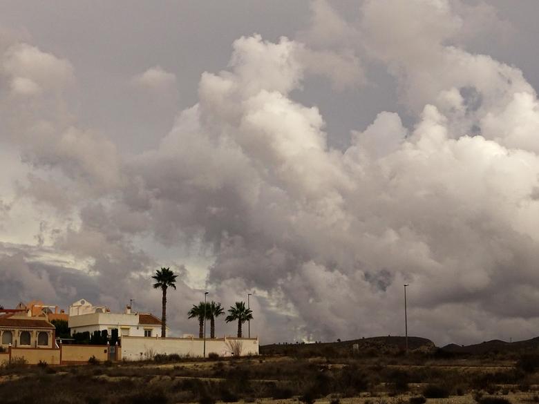 Bewolkt - ook in Spanje is het weer niet heel goed. Dit is één van de wolkenfoto's die ik gisteren gemaakt heb. gr. Nel
